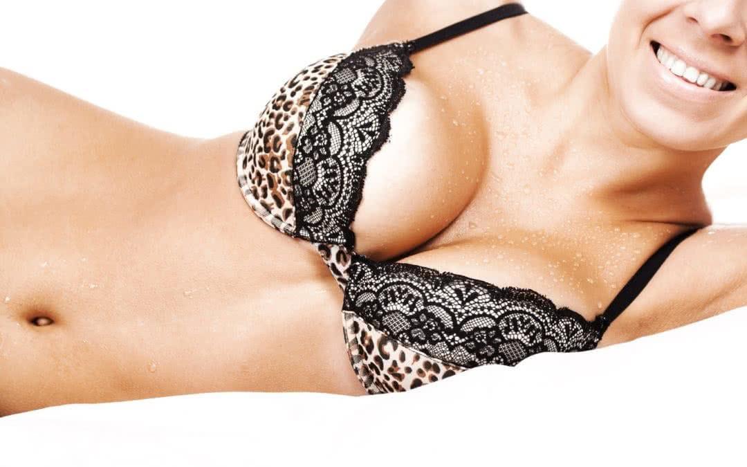 En un aumento de senos, ¿por dónde ponemos las prótesis?